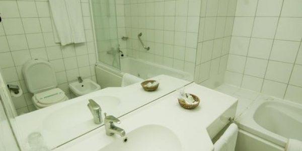 Banio de la Suite Los Naranjos Resort y Spa-Termal